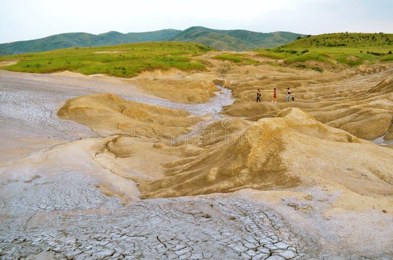 Jour ensoleillé aux volcans de boue photographie stock libre de droits