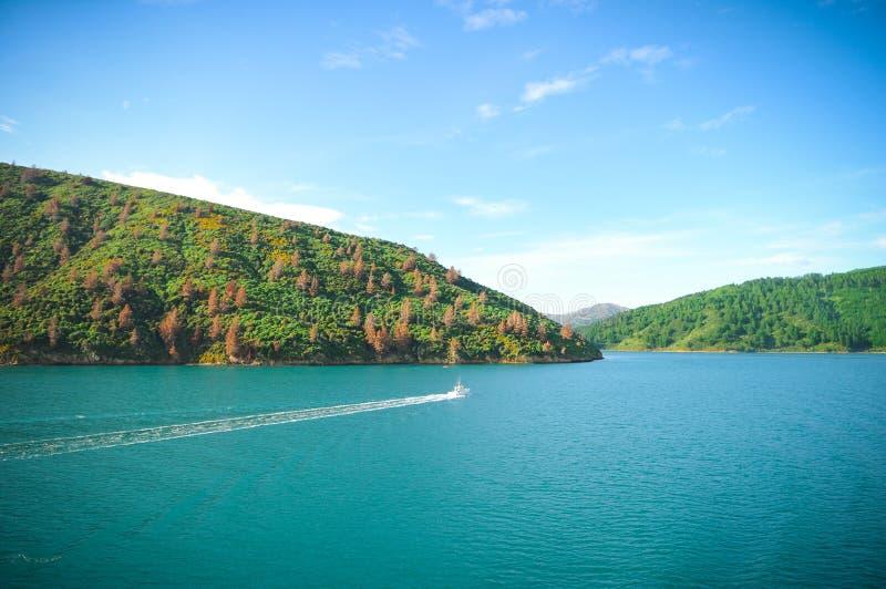 Jour ensoleillé avec le fond de nature Petite île au Nouvelle-Zélande Collines et montagnes en été photo stock