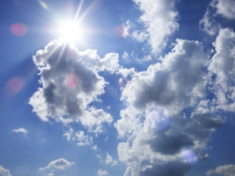 Jour ensoleillé avec quelques nuages photos stock