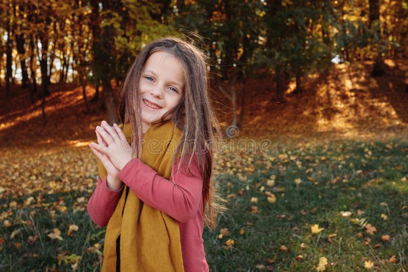 Jour ensoleillé d'automne heureux de jeune fille de parc naturel d'automne photos stock