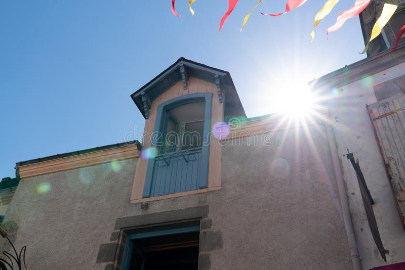 Jour ensoleillé dans Guerande France avec les fanions du jour de partie dans la ville image stock