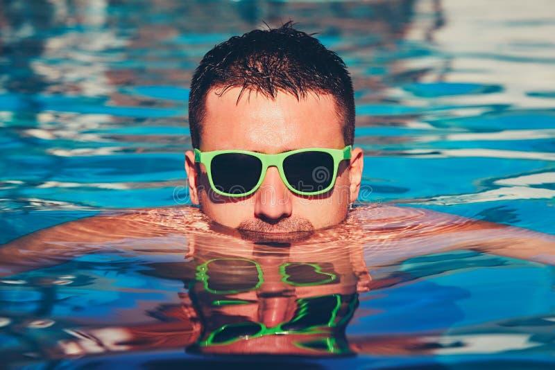 Jour ensoleillé dans la piscine photo stock
