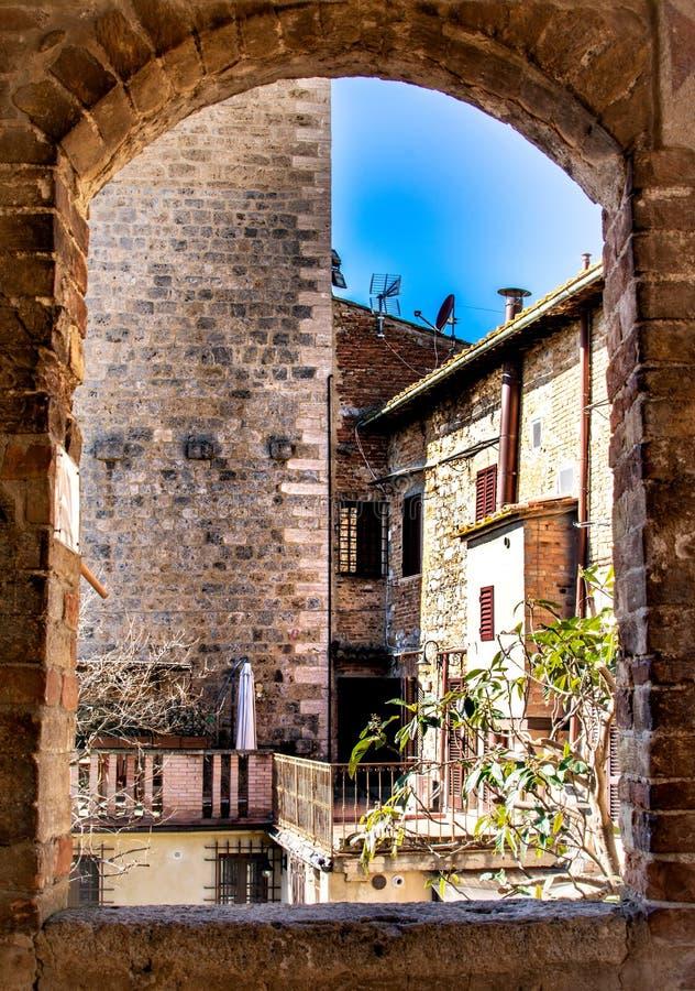 Jour ensoleillé dans le village médiéval de l'Italie San Gimignano l'architecture voyage vous par le temps photographie stock libre de droits
