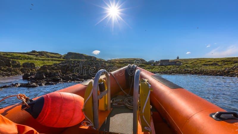 Jour ensoleillé de bateau gonflable rigide photos stock