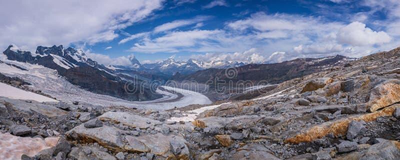 Jour ensoleillé de bel de montagne été de paysage avec le ciel bleu dramatique image libre de droits