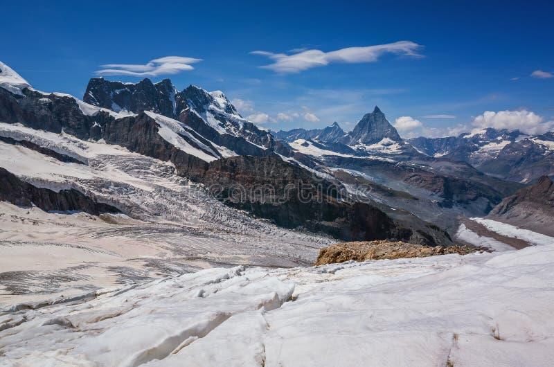 Jour ensoleillé de bel de montagne été de paysage avec le ciel bleu images stock