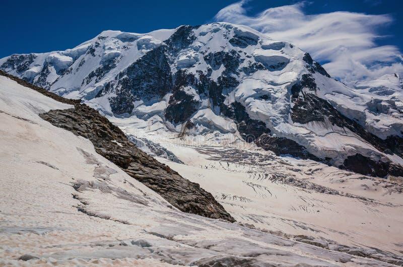 Jour ensoleillé de bel de montagne été de paysage image libre de droits