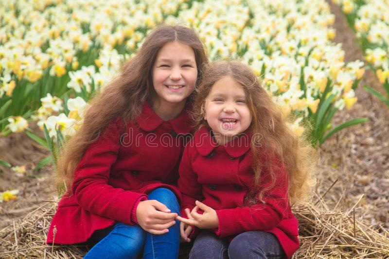 Jour ensoleillé de ressort, premières fleurs et enfants heureux image stock