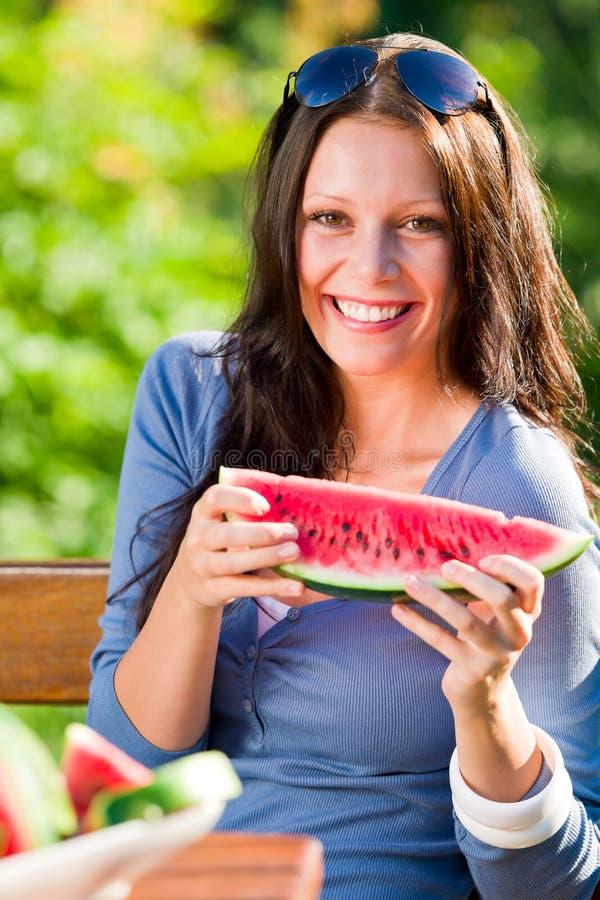 Jour ensoleillé de sourire de jour ensoleillé de femme de melon frais images libres de droits