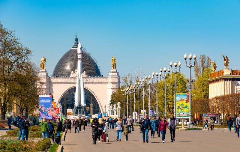 Jour ensoleillé en parc de VDNH à Moscou, la Russie image libre de droits