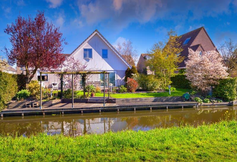 Jour ensoleillé néerlandais de Zaanstad de village de Tipical au printemps photos stock