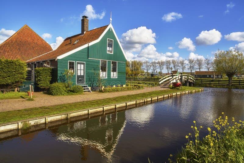 Jour ensoleillé néerlandais typique de Zaanstad de village au printemps photographie stock