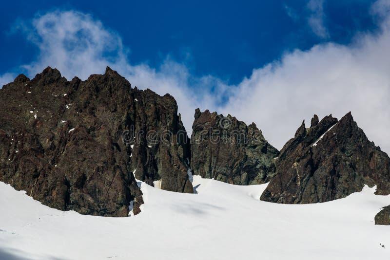 Jour ensoleillé polaire lumineux avec les crêtes de montagne et la neige, le ciel bleu et les nuages blancs, fjord de Drygalski photos libres de droits