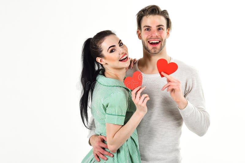 Jour et amour de valentines Couples d'homme et de femme dans la carte rouge de coeur de prise d'amour sur le fond blanc Couples r images libres de droits
