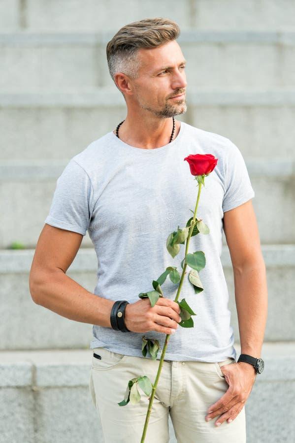 Jour et anniversaire de valentines Fleurit la livraison Services de datation Comment être romantique Monsieur romantique Homme m? photos libres de droits