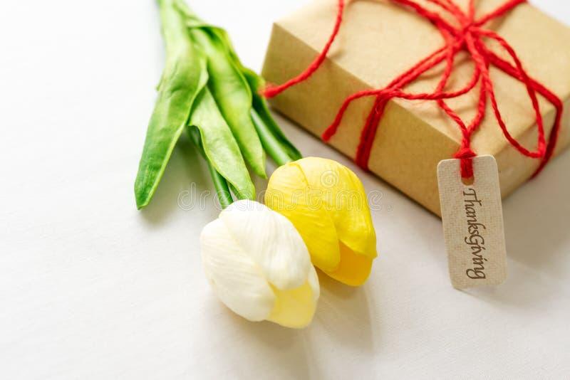 Jour heureux d'action de grâces Étiquette de boîte-cadeau et de fleur et de papier image stock