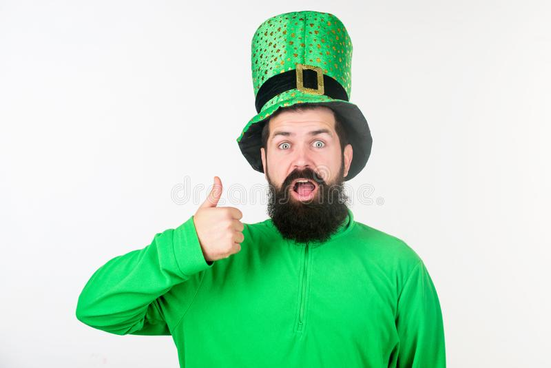 Jour heureux de patricks de saint Hippie dans le chapeau et le costume de lutin maintenant la bouche ouverte Homme barbu célébran images stock