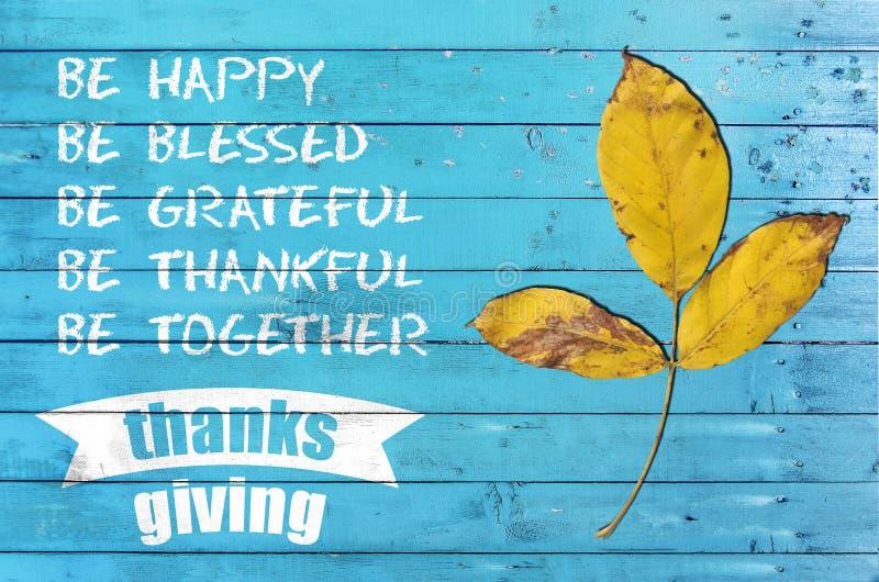 Jour heureux de thanksgiving avec l'affiche de conception sur en bois bleu photo stock
