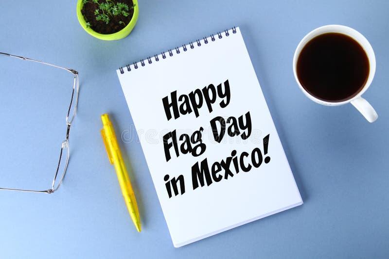 Jour heureux du drapeau du Mexique Textotez dans le carnet, café, stylo, verres, usine images stock