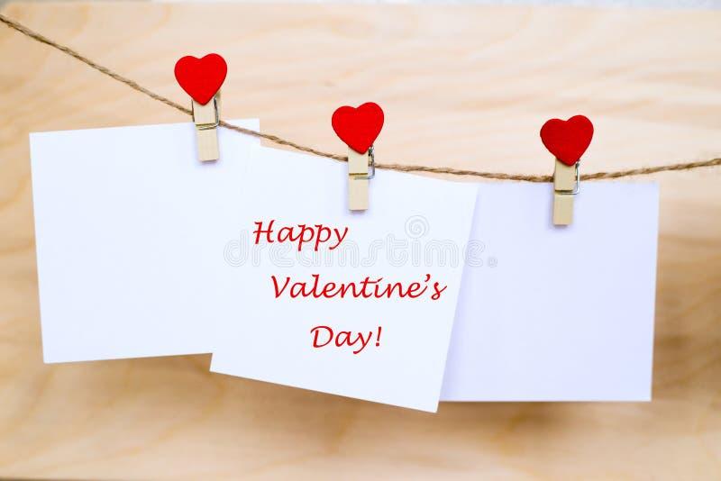 Jour heureux du ` s de Valentine sur des autocollants accrochant sur des goupilles de forme de coeur images libres de droits