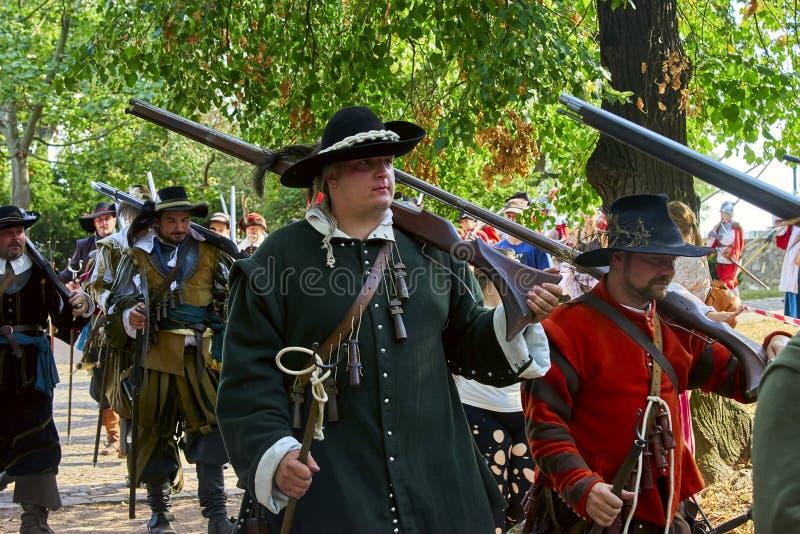 Jour historique de reconstitution de Brno Les soldats d'infanterie dans des costumes historiques avec les mousquets et toute autr image stock