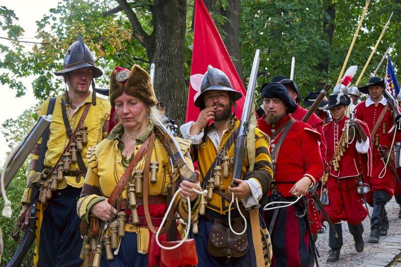 Jour historique de reconstitution de Brno Les soldats d'infanterie dans des costumes historiques marchent autour de la ville photographie stock libre de droits
