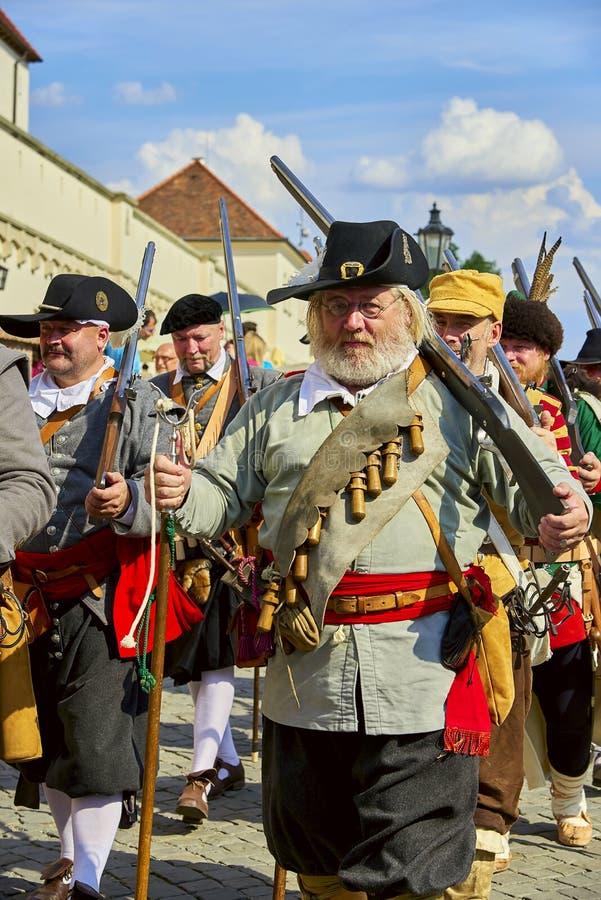 Jour historique de reconstitution de Brno Les soldats d'infanterie dans des costumes historiques vont le long du mur de château d photographie stock