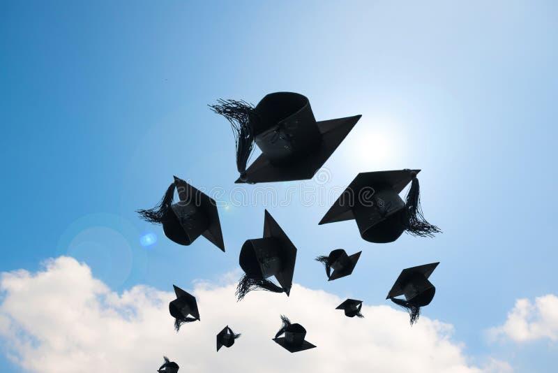 Jour, images des chapeaux d'obtention du diplôme ou chapeau jetant dans photo stock