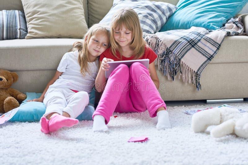 Jour insouciant de petites soeurs mignonnes photographie stock libre de droits