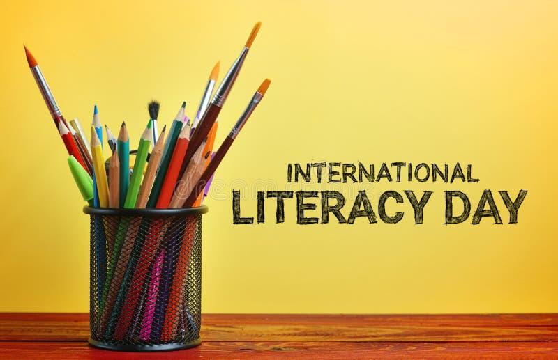 Jour international d'instruction École stationnaire dans le panier sur Woode images stock