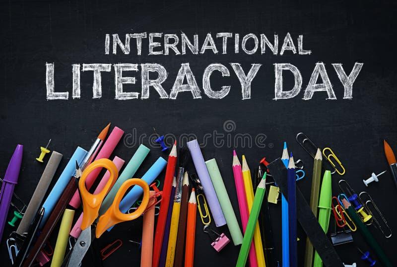 Jour international d'instruction École stationnaire sur le dessus de tableau noir image libre de droits