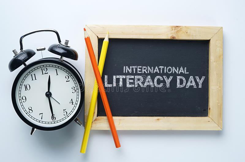 Jour international d'instruction Réveil, crayon de couleur et Blackb photographie stock