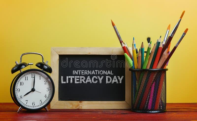 Jour international d'instruction Réveil, tableau noir et école S image libre de droits