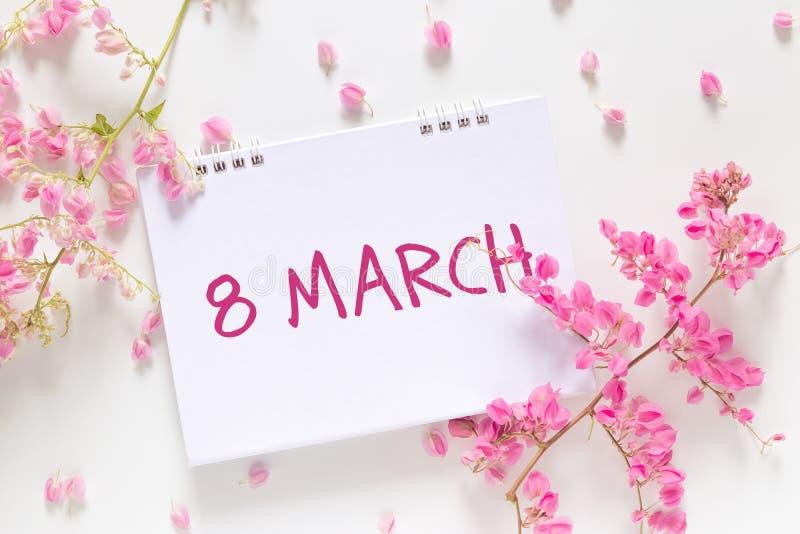 """Jour international du ` s de femmes configuration plate de calendrier vide avec les mots le """"8 mars """" photos stock"""