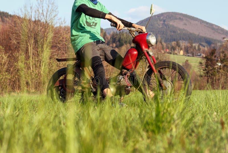 Jour merveilleux pour des essais une moto historique r?nov?e qui est c?l?bre sous le pionnier de Jawa 50 de nom Le conducteur tie photos stock