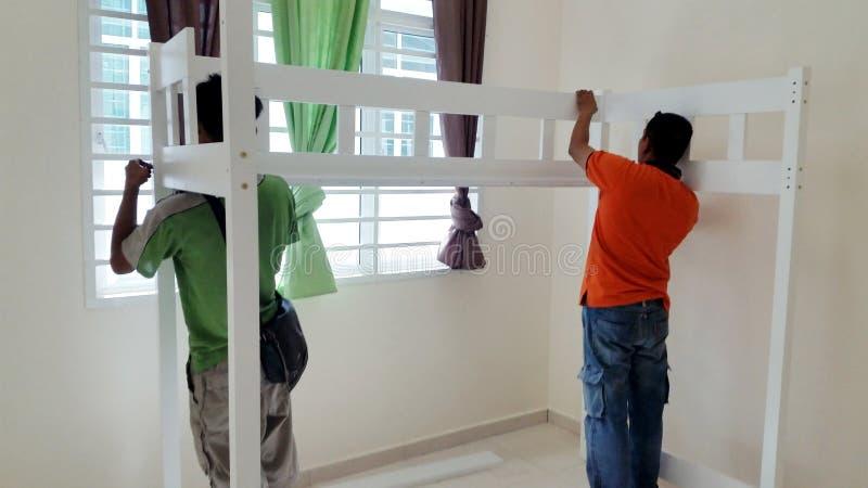 Jour mobile, installant des meubles de Chambre photos libres de droits
