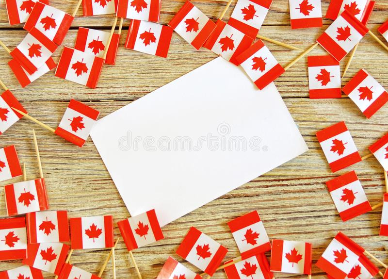 Jour national de concept du Canada avec le drapeau sur la vue sup?rieure de fond en bois blanc photo libre de droits