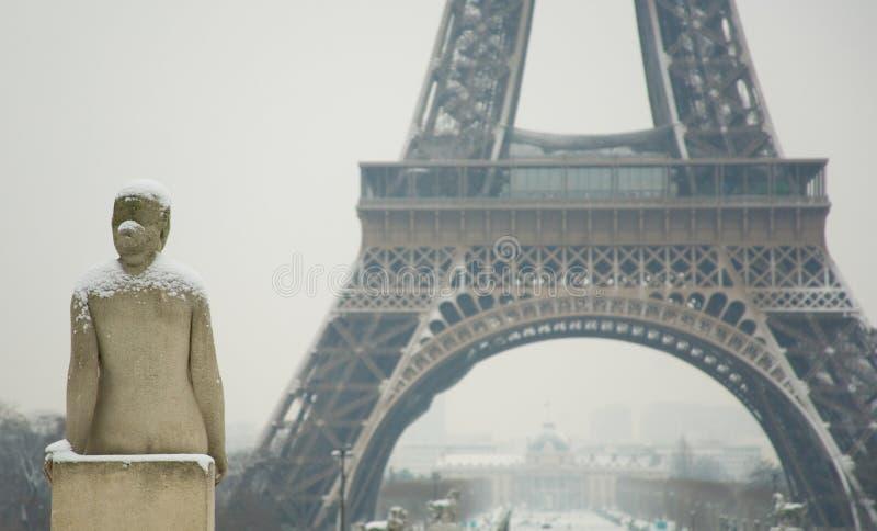 Jour neigeux rare à Paris photos stock