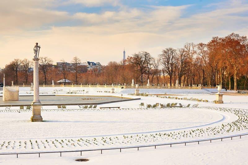 Jour neigeux rare à Paris photo stock