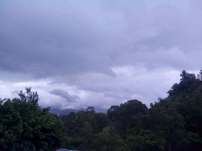 jour nuageux images stock