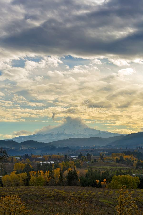 Jour nuageux au-dessus de capot de bâti chez Hood River Oregon Etats-Unis photos stock