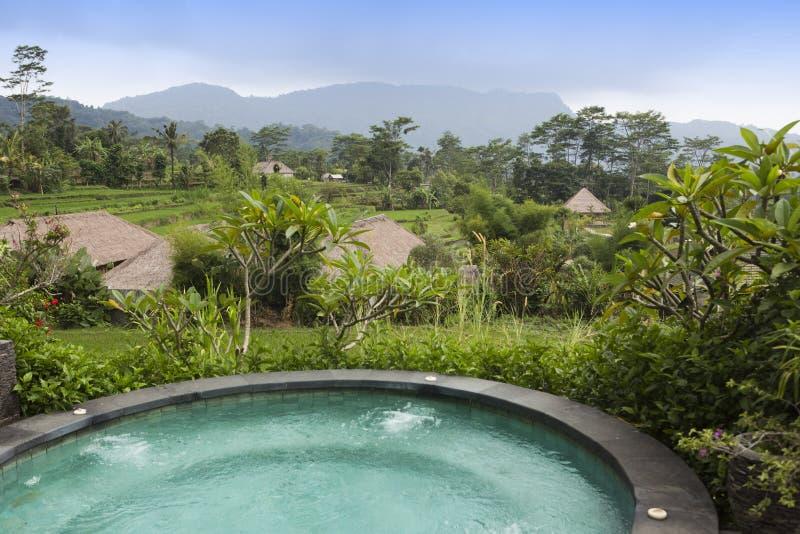 Jour nuageux au-dessus des tropiques et des terrasses de riz Vue par la petite piscine dans le premier plan bali photo stock