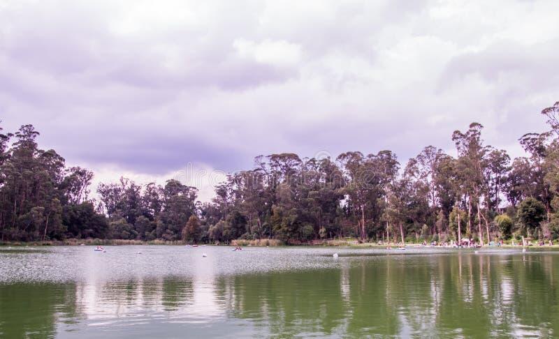 Jour nuageux et beau paysage à penser aux choses dans la vie photo libre de droits