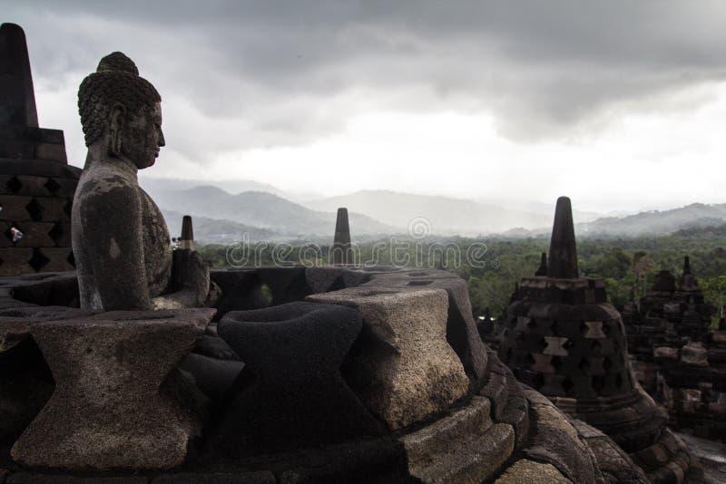 Jour nuageux sur un temple de Borobudur photographie stock