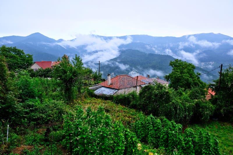 Jour pluvieux dans le village de montagne grec, la Grèce photographie stock