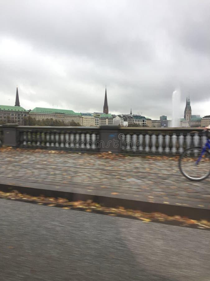 Jour pluvieux dans une ville d'or photo stock