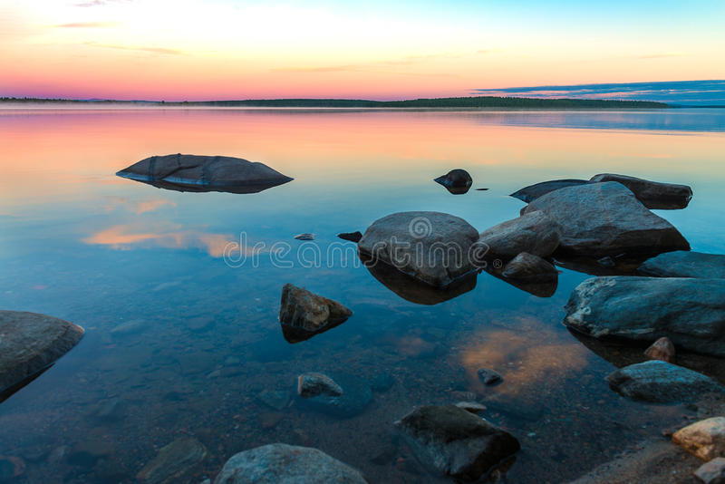 Jour polaire sans fin dans l'Arctique Nuit où le lac s'est transformée en miroir photographie stock libre de droits