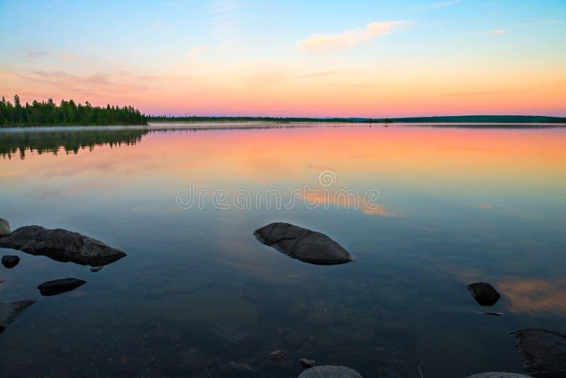 Jour polaire sans fin dans l'Arctique Nuit où le lac s'est transformée en miroir photographie stock