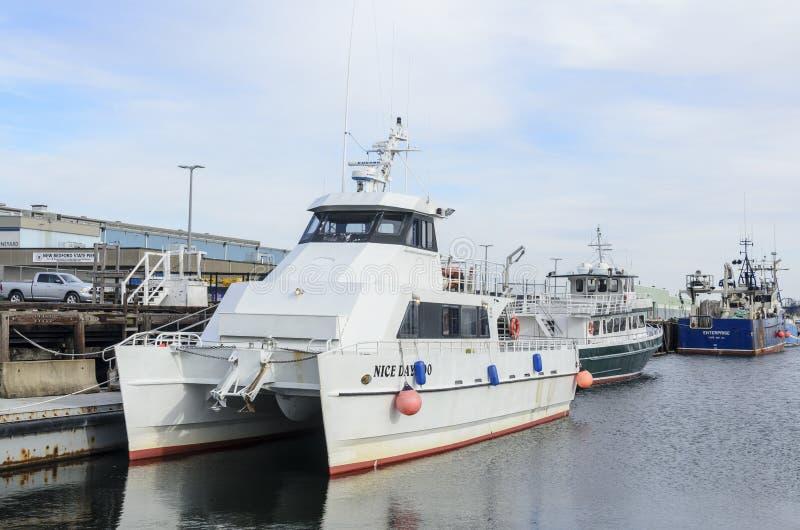 Jour profond de bateau de charte de pêche maritime beau aussi image libre de droits