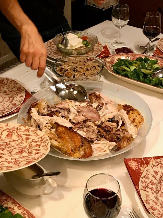 Jour rôti fait maison Turquie de thanksgiving avec tous les côtés au Tableau de dîner images libres de droits